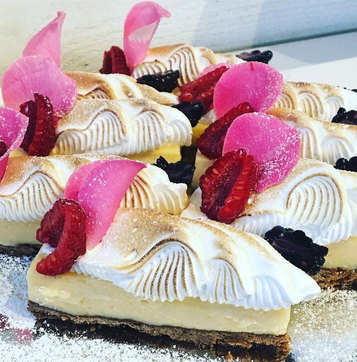 Dessa finns nu i monternKey lime pie med italienskmaräng#sockermajas #bakery #torslanda #trevlighelg