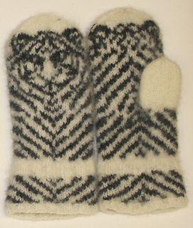 Vottene på bildet er strikket i Tove fra Sandnesgarn, hvit og mørk koksgrått. Pinne 4 ½.