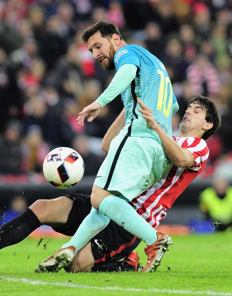 Barcelona's Argentinian forward Lionel Messi (L) vies with Athletic Bilbao's defender Mikel San Jose during the Spanish Copa del Rey (King's Cup) round of 16 first leg football match Athletic Club Bilbao VS FC Barcelona at the San Mames stadium in Bilbao on January 5, 2017. / AFP / ANDER GILLENEA