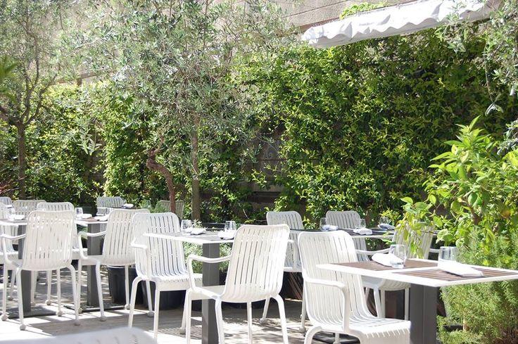 La Table Cinq  C'est au cœur du quartier des Cinq Avenues que se trouve « La Table Cinq ». L'établissement se démarque par sa superbe terrasse en bois, qui peut être fermée quand il fait plus froid, où la végétation est reine. En plus de son extérieur arboré des plus agréables pendant la belle saison, le restaurant propose une cuisine gastronomique et pleine de saveurs. Une jolie adresse à retenir à proximité du centre-ville. Ouvert midi et soir du mardi au samedi 8 avenue des Chartreux, 130