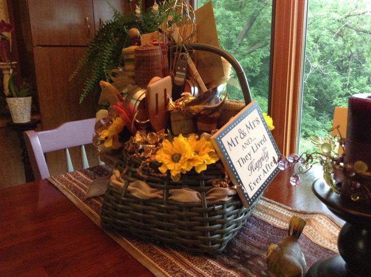 Wedding Kitchen Gift Basket : ... Gift Baskets on Pinterest Kitchen gift baskets, Bridal shower and
