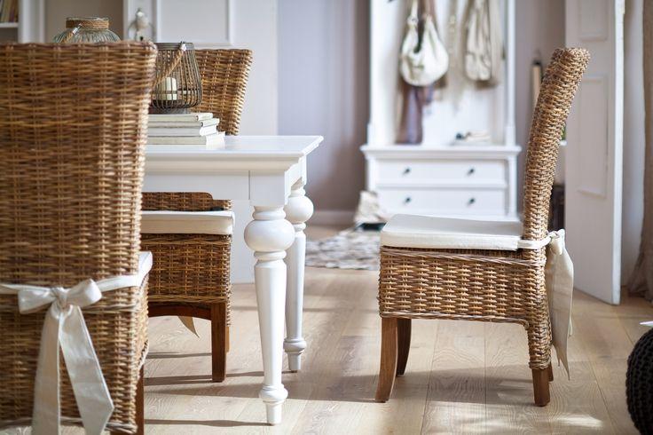 Rattan spisebordsstole og hvidmalede mahogni møbler