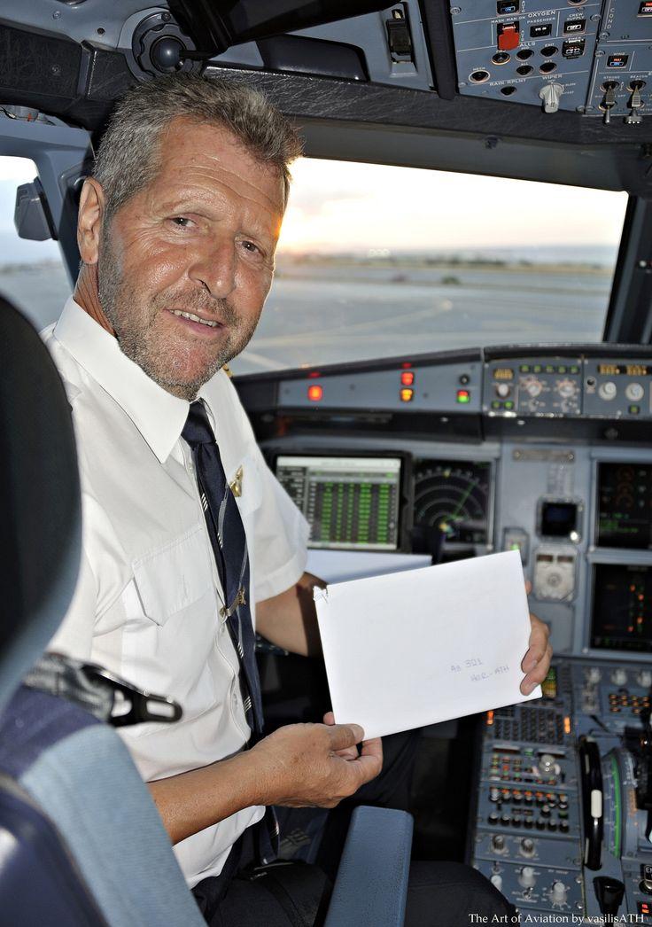 16. Ο κυβερνήτης της πτήσης μας Ηράκλειο - Αθήνα κ. George Gkatzios παρουσιάζει τον φάκελο με το απόκομμα του εισιτηρίου που θα κληρωθεί στον αέρα πετώντας για την Αθήνα.