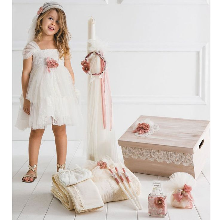 Το  Adriana Πλήρες Πακέτο Βάπτισης της Cat in the Hat είναι ένα ολοκληρωμένο πακέτο 15 τεμαχίων το οποίο περιλαμβάνει : Το Βαπτιστικό φόρεμα Adriana με την δική του μπαντάνα, το ξύλινο χειροποίητο κουτί, την λαμπάδα της βάπτισης, το λαδόπανο (6 τεμάχιων) και το λαδοσέτ (μπουκάλι για το λάδι, 3 κεράκια και το σαπούνι). Το Andriana είναι ένα αέρινο φόρεμα με μακραμέ δαντέλα στο μπούστο και ιδιαίτερο τούλινο μανίκι που αγκαλιάζει απάλα τους ώμους. Η φούστα είναι ασύμμετρη από τούλι πουά και…