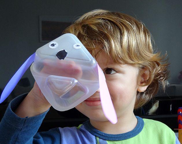 Fantoche de pote de iogurte. Fizemos um cachorro com orelhas de papel colorido, olhos de papel adesivo e canetinha preta. (Idéia sugerida no programa Mister Maker)