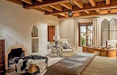 Interiér domu je zařízen v jednom stylu, nábytek je převážně čalouněný, nebo z masivního dřeva.