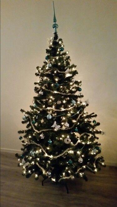 Onze kerstboom. Kleuren: blauw, zilver en witte vlinders.