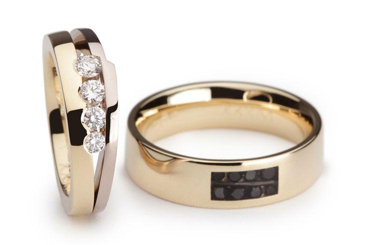 De damesring bestaat uit twee ringen, geel- en palladium witgoud, met daartussen vier schitterende diamanten die oplopen qua grootte. De herenring heeft een vlakje waarin acht zwarte diamanten zijn geplaatst. Ook deze lopen op qua grootte. De diamanten zijn afgedekt met clear ceramic waardoor het een volledig gladde ring is.