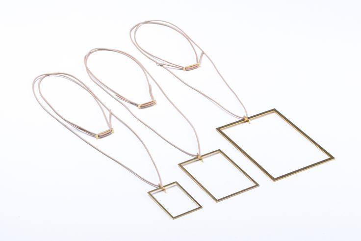 FEINFRACHT® Kette - Die FEINFRACHT® Kette wird aus einer 1mm dicken Messingplatte gelasert und kommt in drei verschiedenen Grössen. Getragen wird die Kette durch ein Lederband. Verbunden werden diese beiden Elemente durch eine speziell für diese Kette entworfene Aufhängung. Du bist das Bild, die FEINFRACHT® Kette rahmt dich als Träger. Der Rahmen wirkt einfach und minimalistisch und hat genau darum eine ganz eigene Ausstrahlung.