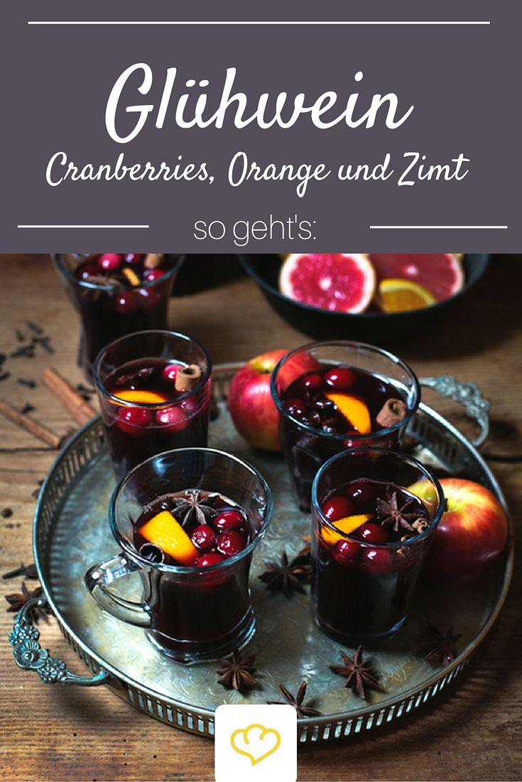 Heißer Glühwein darf zur Vorweihnachtszeit nicht fehlen – am bestenhausgemacht mit Cranberries, Orange, Zimt und Nelken.