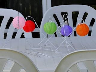"""LACA """"Lo Atamos Con Alambre""""  Farolitos con led multicolor y perchas recicladas"""