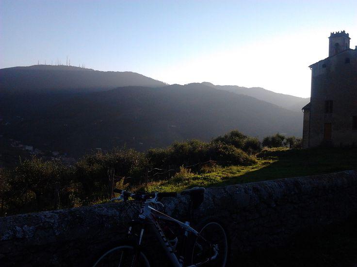 la chiesina di Calci lungo il sentiero 137, sullo sfondo il Monte Serra
