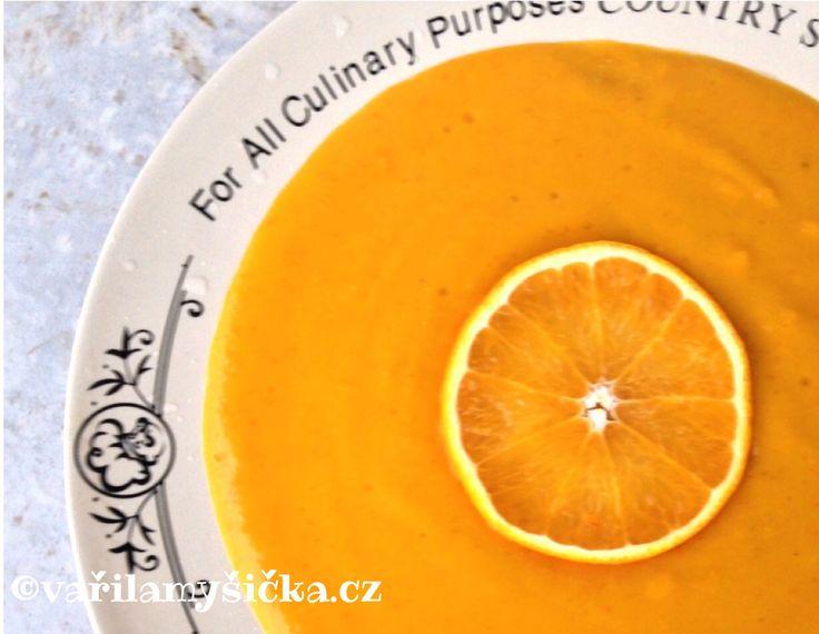 Dýně hokaido v kombinaci s červenou čočkou, zjemněná čerstvým smetanovým sýrem a doladěná pomerančovou šťávou