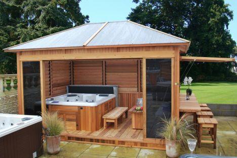 """L'abri pour le spa extérieur vous permet de profiter de votre bain à bulles plus longtemps dans l'année.<span class=""""normal italic"""">© Clair Azur</span>"""