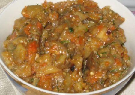 Изюминкой данного блюда является то, что практически все овощи нарезаются кусочками и запекаются в духовке. Во время запекания все ломтики овощей размягчаются и при соединении со свежими помидорами впитывают в себя их приятный вкус. Салат получается очень красивым с необыкновенным ароматом. Кубики запеченных овощей очень хорошо ощущаются при еде.. Рецепт Салат из печеных баклажанов со свежими помидорами