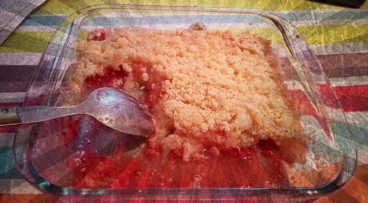 Crumble estival aux framboises et aux pommes. http://lesgourmandisesdemanon.over-blog.com/2015/08/crumble-pomme-framboise.html