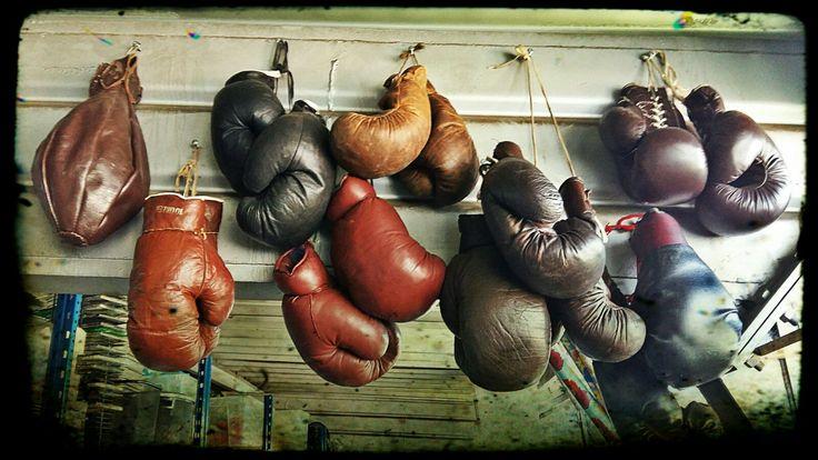 Oryginalne, turniejowe rękawice bokserskie wykonane z naturalnej skóry w latach 60-tych.