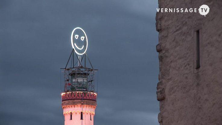 Si chiama #Füehlometer ed è una installazione d'arte interattiva che indica nientemeno che lo stato d'animo di una città in tempo reale! Basato su un software di riconoscimento facciale, il sistema cattura su videocamera le emozioni nei volti di persone a caso elaborandole e sintetizzandole in un gigantesco luminoso #smiley. :-)