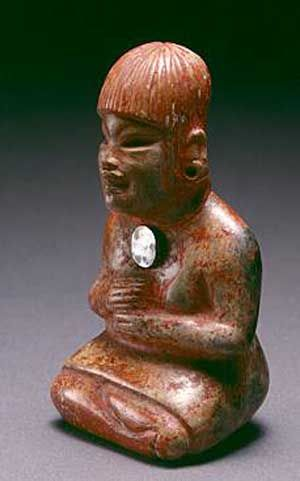 Diferente ángulo de la muy poco común presencia de la figura femenina en el arte olmeca. Mujer con espejo en el pecho. mcba.