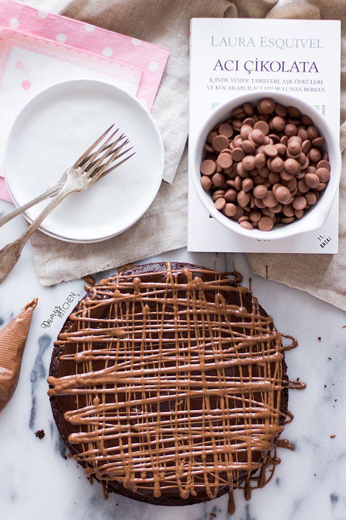 Islak 'fudge' kıvamı, içindeki sütlü çikolata parçaları, fıstık ezmeli sosu ve en son üzerine gezdirilmiş erimiş sütlü çikolatayla kolay k...