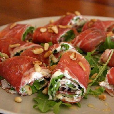 Тапас – это традиционная испанская закуска, которую обычно подают к пиву или вину.