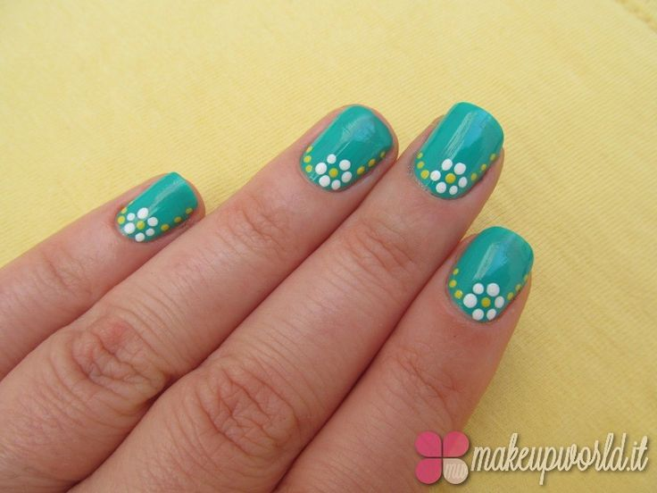Nails of the Day Spotted Daisy Nail ArtNails of the Day Spotted Daisy Nail Art - MakeUpWorld Italia