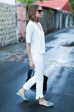 白VネックTシャツとパンツのフレンチシックコーディネート