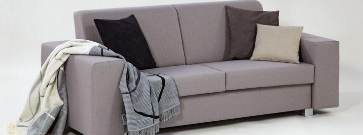 PERGAMON Tvarově jednoduchá sedací souprava Pergamon se hodí téměř do každého interiéru. Je vybavena kvalitním rozkládacím mechanismem, který umožňuje komfortní spaní pro každý den, aniž by tím utrpěla původní funkce každé pohovky, tedy místo pro pohodlné sezení a odpočinek.