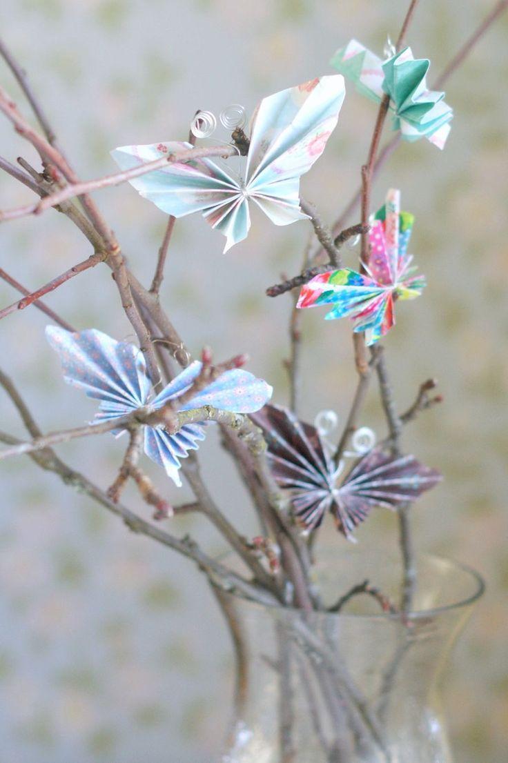 Omenapuun oksat maljakossa ja paperiset perhoset niiden varsilla tervehtivät vieraita kuistilla. Suloiset paperiperhoset voit askarrella myös lasten kanssa virpomisvitsojen koristeiksi. Paperiperhoset voit tehdä kartongista, lahjapaperista tai vaikkapa vanhasta sanomalehdestä ja rautalangasta.
