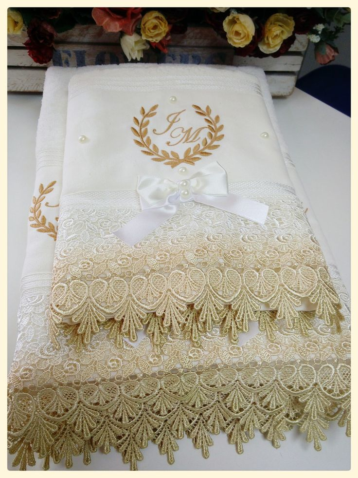 Esse kit contém 2 toalhas de banho e uma toalha de rosto da marca Atlantica Sofisticata, personalizadas com pérolas e renda gripir, também personalizamos com as iniciais do casal.