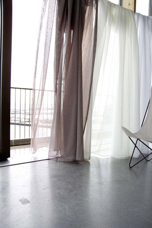 KARWEI | Bij hoge ruimtes zijn verduisterende gordijnen vaak erg massief. Dunne gordijnen zorgen voor een luchtige uitstraling #wooninspiratie #raambekleding #karwei