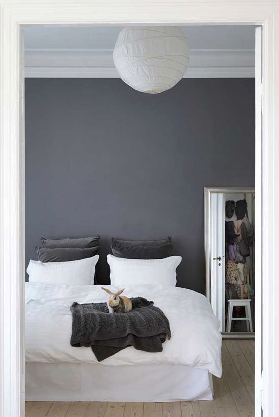 Love the dark gray walls contrasted by the white bed. From creamylife blog