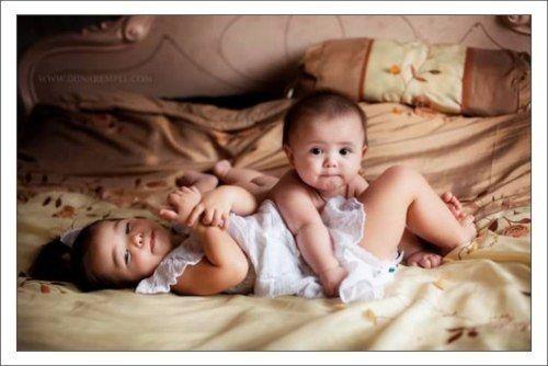 Четырёхмесячный младший безуспешно пытается ползти по кровати. Рядом плюхается на живот трёхлетний старший: — Смотри, червяк, как ползают настоящие удавы!  #старший_брат #воспитание_детей #mycontriver #удав