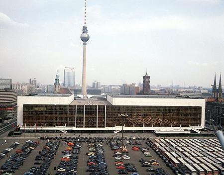 Blick auf den Palast der Republik, dem Parlament der DDR, in dem die Volkskammer tagt, aufgenommen 1986. Gebaut worden war der Palast der Republik zwischen 1973 und 1976 nach Plänen eines Architektenteams unter Heinz Graffunder. (© dpa - Bildarchiv)