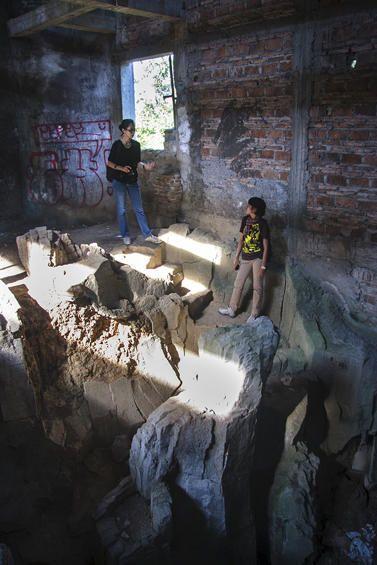 Gereja Ayam -     Tangga yang dibentuk menyerupai bongkahan batu yang menghubungkan lantai dasar dengan lantai diatasnya.