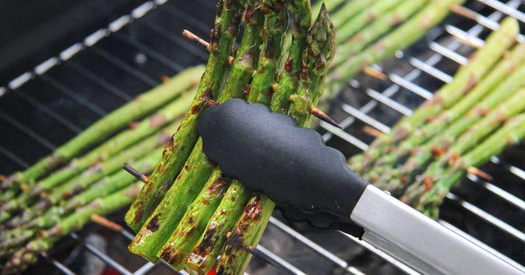 Mennyei Grillezett zöld spárga recept! A grillezett zöld spárga a spárga elkészítésének talán a legtökéletesebb módja. Sok módon készíthetünk spárgát, de mind közül ez a legfinomabb! :) Előételként, vagy köretként is kiváló!
