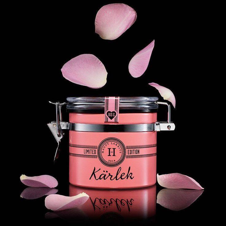 KÄRLEK  Dryga månaden kvar till Alla Hjärtans Dag. Du glömmer väl inte? Vår Kärleks-pralin består av salt lakrits omgiven av vit choklad smaksatt med hallon jordgubbar vanilj och torkade rosor #hauptlakrits #lakrits #lakris #lakrids #tryswedish #liquorice #salmiakki #allahjärtansdag