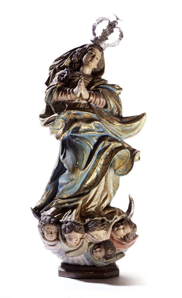 Nossa Senhora da Conceição, escultura do séc. XVIII, em madeira policromada, estofada e dourada. A figura apresenta-se com as mãos postas em oração, assente sobre o crescente de lua, nuvens e cinco cabeças de anjos aladas. Enverga túnica comprida até aos pés e manto e véu esvoaçantes. Indumentária decorada com elementos vegetalistas