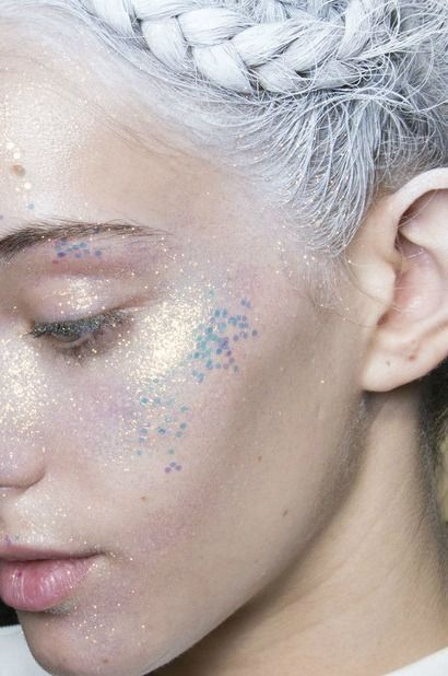 """There are no Jack Kerouacs or Holden Caulfields for girls. Literary girls don't take road-trips to find themselves; they take trips to find men."" — It's Frustratingly Rare to Find a Novel About Women That's Not About Love - Kelsey McKinney - The Atlantic (pic @ Ton mannequin) Glitter makeup."