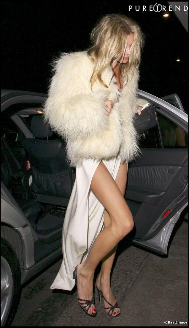 Une veste en fourrure ostentatoire et une robe peu pudique, Kate Moss est une femme déconcertante.
