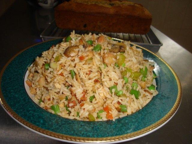 El arroz se hace temprano o el día anterior.  Lava el arroz varias veces para sacarle el almidón.  En un cazo grueso se pone el arroz y el agua y se pone al fuego.  Cuando comience a hervir, baja el fuego a lento y cuece 20 minutos.  Cuando esté cocido, se esponja con un tenedor y se deja reposar 10 minutos.  Ve también ARROZ BLANCO ESTILO CHINO (se hace en olla de presión)  Yo solo frío los ingrediente que lleva el arroz y no frío el arroz para disminuir la cantidad de grasa en el plato.