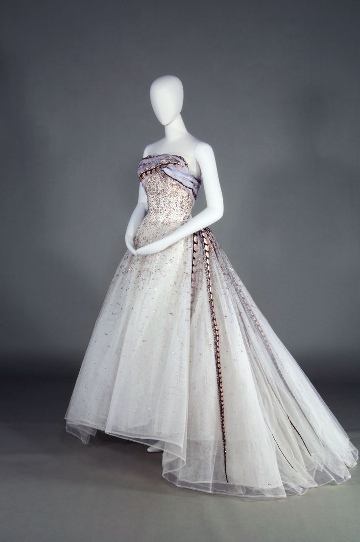 Pierre Balmain's 'Evening Dress Soir a Chambord' (1961). | KOBE FASHION MUSEUM