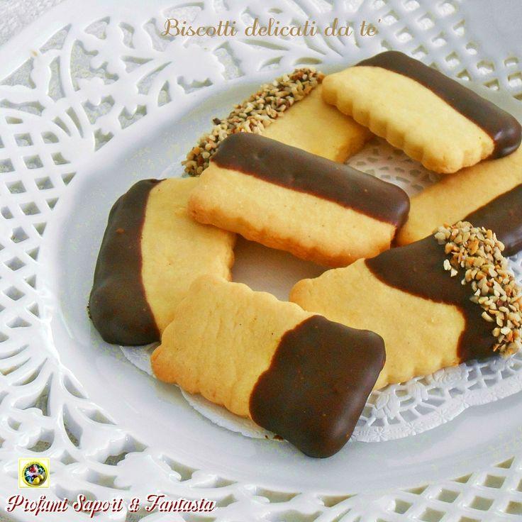 I biscotti delicati da tè sono ideali per esaltare il sapore di questa bevanda. Friabili al punto giusto sono resi golosi dal cioccolato e nocciole.