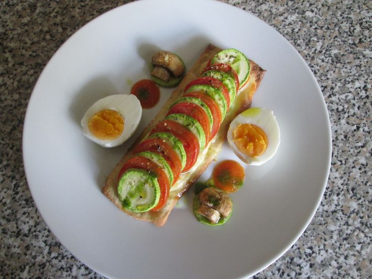 Gino D'Aquino /  Schiacciata  di pane  formaggio zucchine  pomodori   uovo  champignons /Gino D'Aquino
