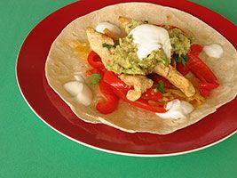 #Fajitas de #poulet  Lanières de poitrine de poulet mariné et grillé enveloppées dans des tortillas.  Mets d'origine mexico-américaine, très savoureux, dont la composition finale est faite à la table: toujours un succès avec les enfants.
