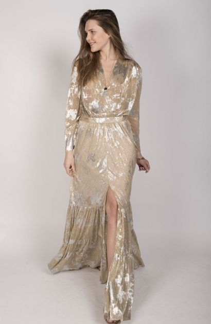 Robe longue dorée et argentée Ba&sh, modèle HENDRIX, manches longues, décolleté cache-coeur, coupe ample et vaporeuse.