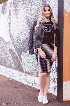 Look saia lápis listrada tenis branco e jaqueta de couro ecológico camila Camioli abusando da make fotografia por Fernanda Sabô