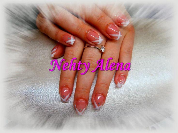 Airbrush - nail design. kamínky, jemná bílá elegant