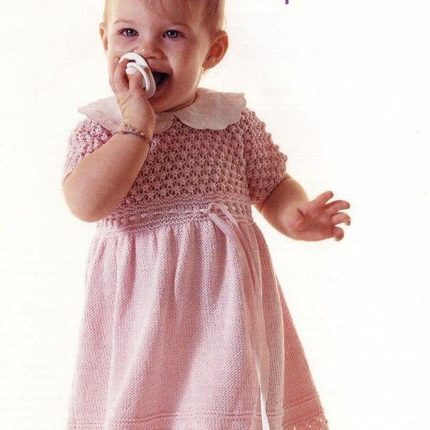 [club52919650|Розовое платье спицами для девочки 1 — 1,5 лет] <br><br>Несложные узоры и белый воротник делают…