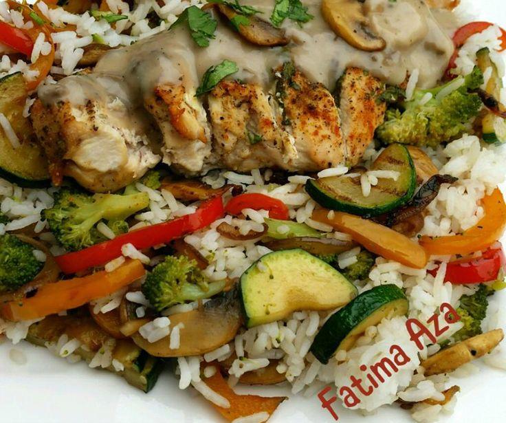 Vandaag vroeg aan tafel: rijst met kip, champignonroomsaus en gegrilde groente. Dit recept is voor 1 persoon. Zorg ervoor dat de kipfilet er netjes uitziet en dus enige viezigheid weg zijn gesneden. Maa